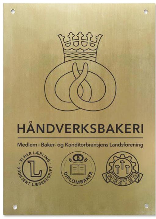 Dette messingskiltet vil bli å finne på mange norske bakerier etter hvert.