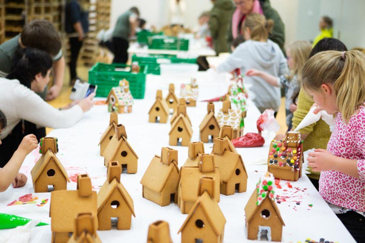 De siste ukene har Bodø Bakeri hatt besøk av mange barn som har hjulpet til å pynte hus til årets pepperkakeby.