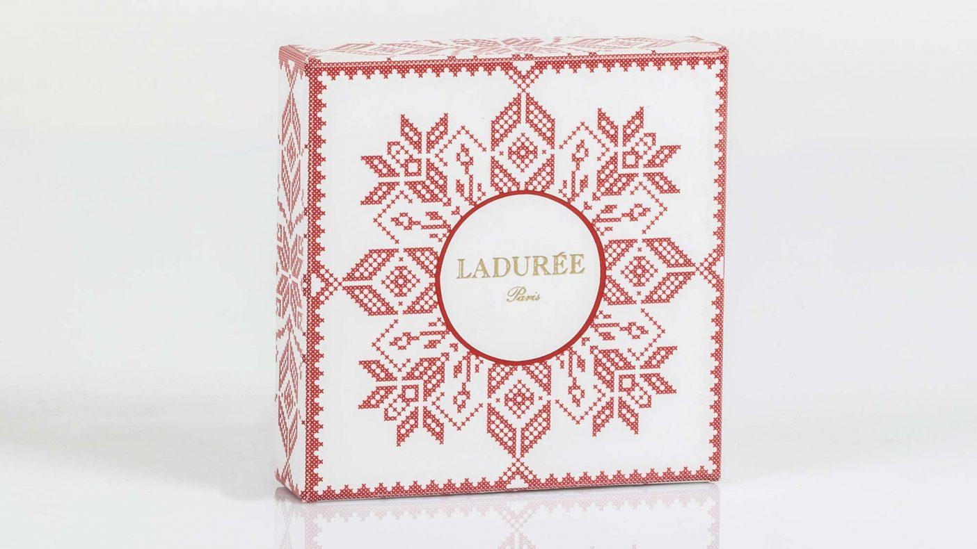 Selburose-mønseret går igjen på den vakre emballasjen som er designet av Claudia Ravnbo.