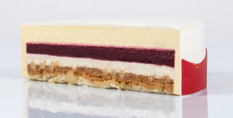 Kaken inneholder blant annet en kompott av kirsebær som er kokt sammen med krydder og roseblader.