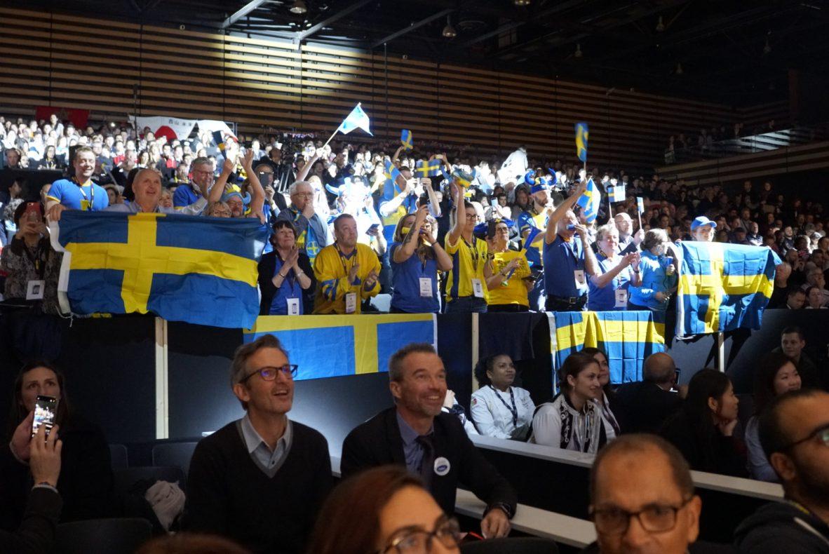 Mange svensker var på plass i Lyon for å heie frem konditorlandslaget i VM-finalen. Foto: Sirha