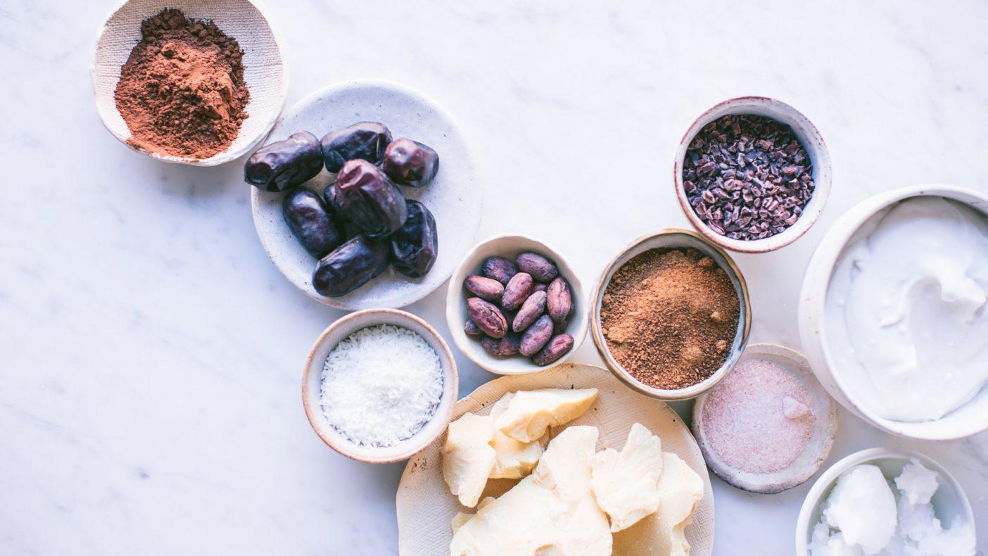 Noen av de vanligste ingrediensene i raw food-kaker er dadler, nøtter, kokos og rå kakao.