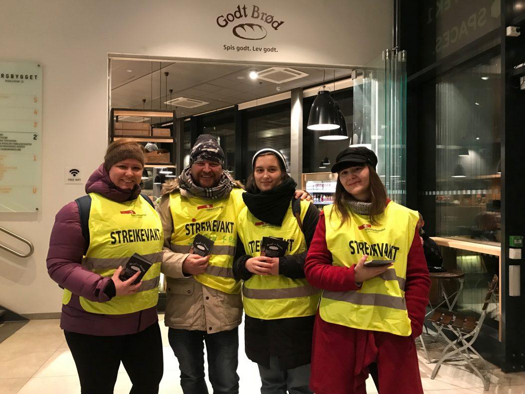 Streikevakter: Merethe Solberg (f.v.), Svein Frode Pettersbakken, Mirjam Kirchhofer og Camilla Nettum.