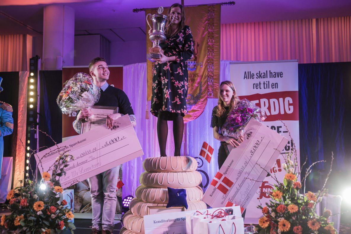 Årets Kage-vinneren Mette Sophie Olsen fikk stille seg på toppen av kransekaka.