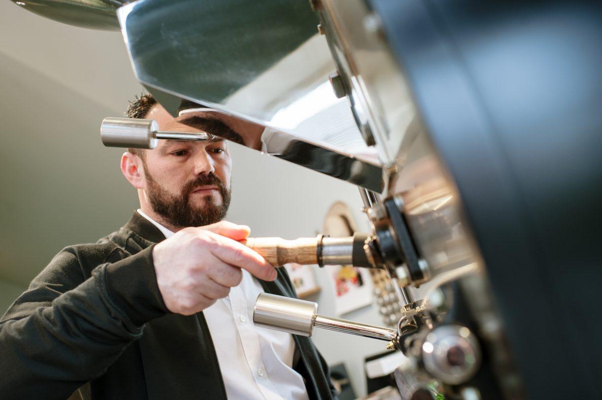 Simo Kristidhi (44) er Norges beste kaffebrenner, som også ligger an til å gjøre det bra i VM.