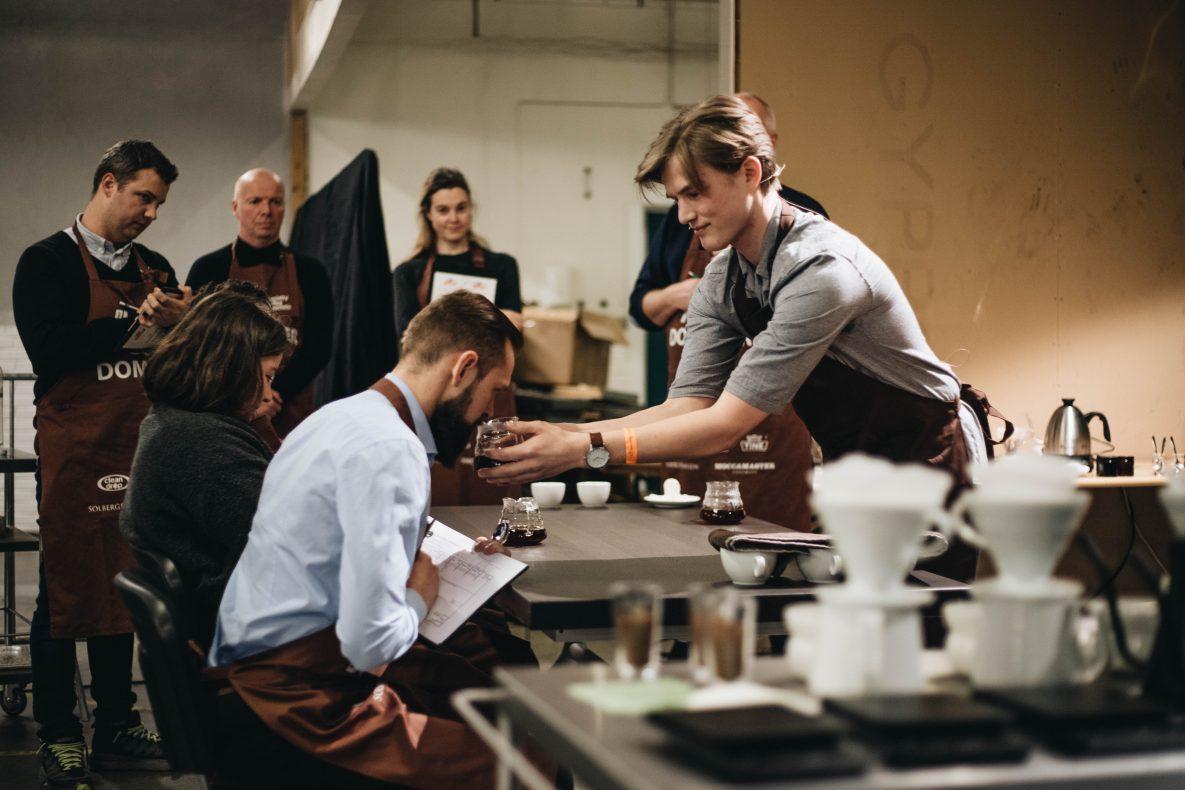 Erlend Wessel-Berg (21) er en ung fysikkstudent fra Trondheim som jobber som barista hos Dromedar.