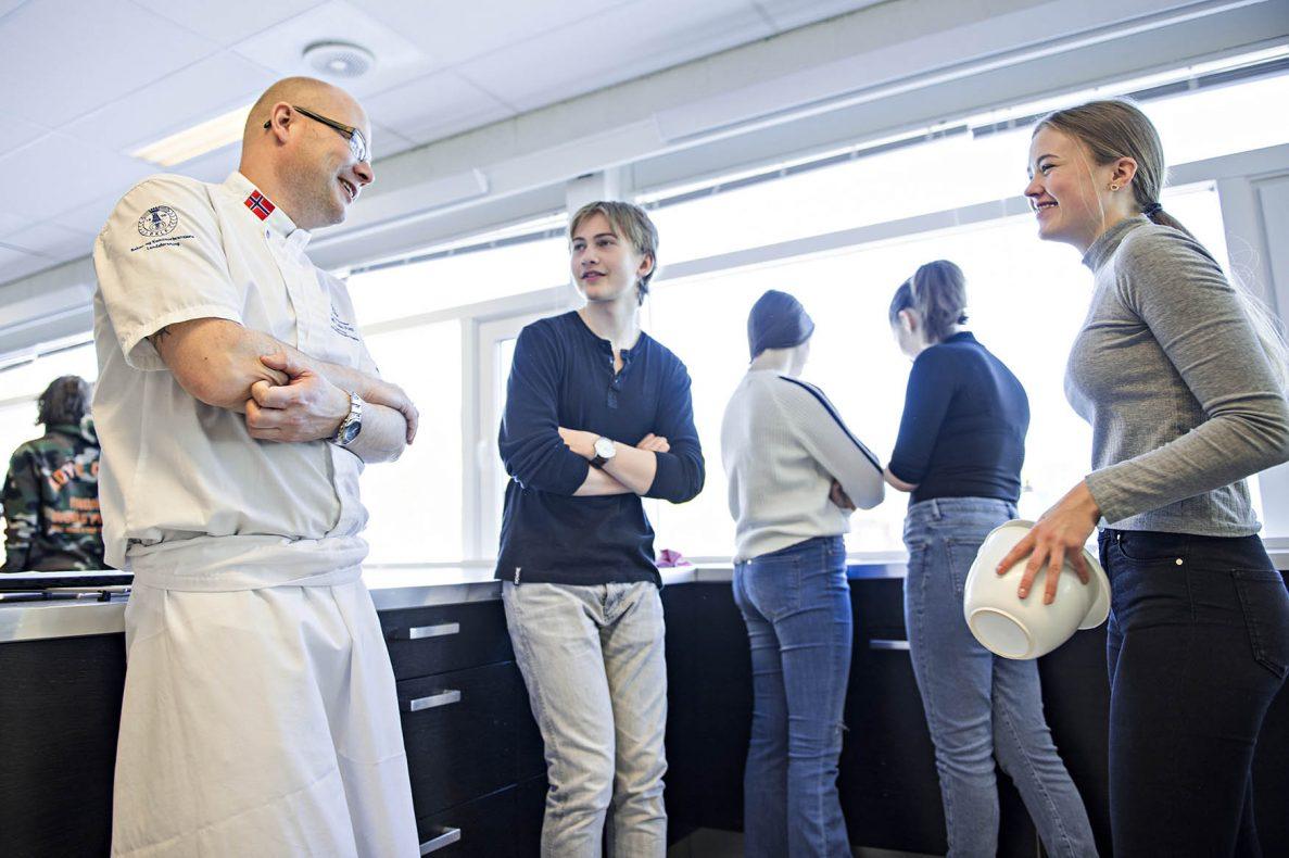 Kjetil Dale Aas besøkte Mjær ungdomsskole i Ytre Enebakk med konseptet «Vi baker og smaker». Her snakker han med Falk Asp (14) og Dina Emilie Kongevold (14).