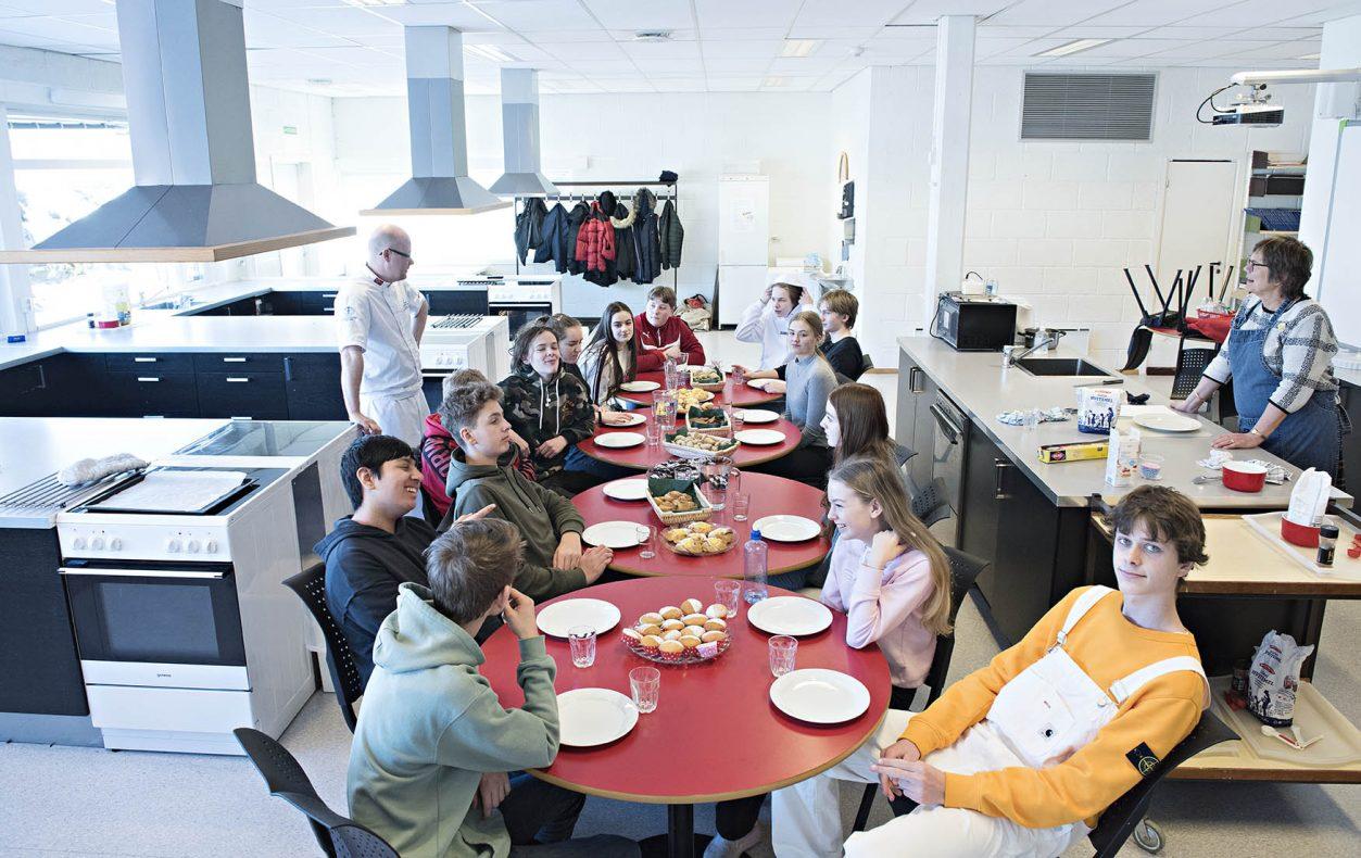 Eleven samles og spiser baksten de laget, varmt og rett fra ovnen.