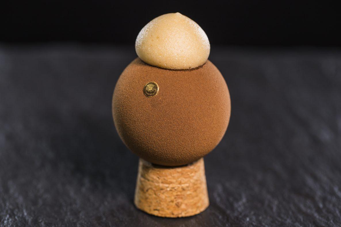 Thomas Bastholm fra La Glace vant Krea-prisen med sin kuleformede kake, som balanserte på en korkpropp.