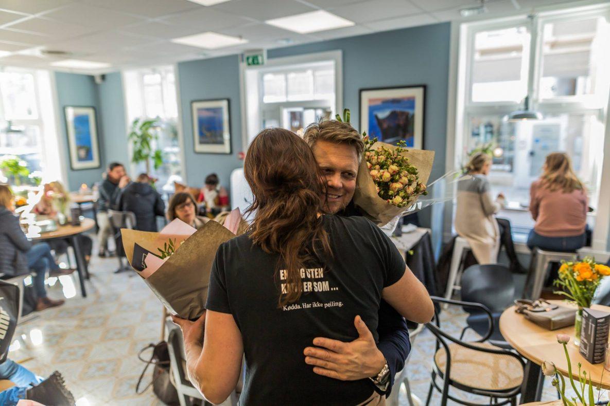 Kjersti With fikk mye blomster og mange gratulasjoner da hun åpnet sin nye kafé i Tønsberg 1. mars.