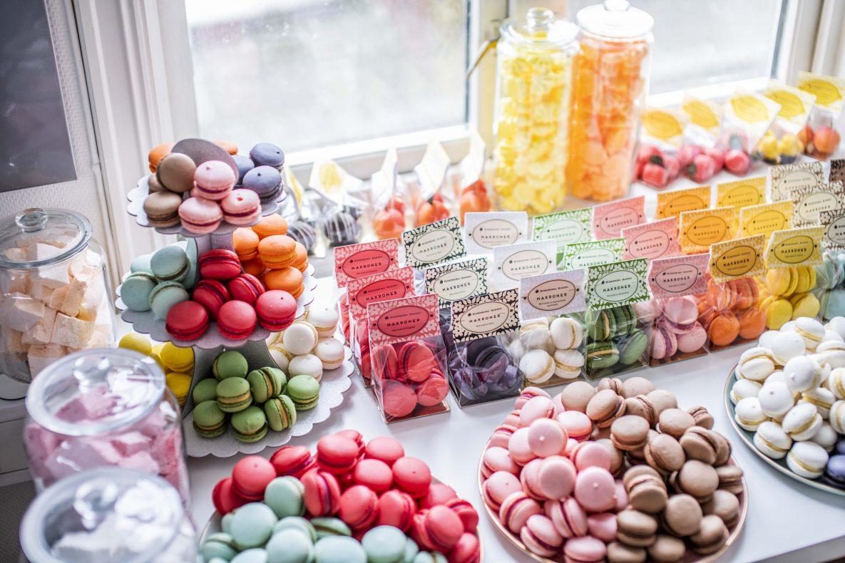 Heidi Helgesen i Rosenborg Bakeri opplever at makroner er blitt en stor trend.