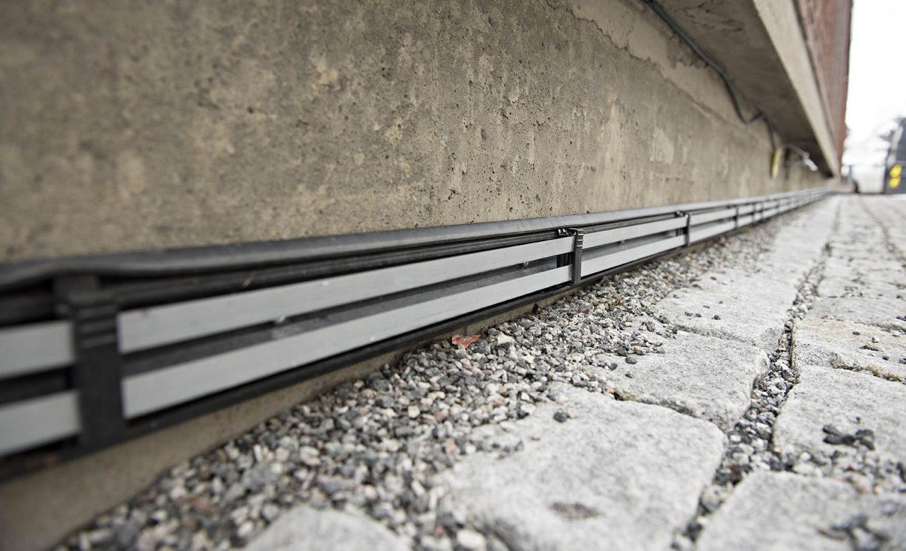 Rørene legges rundt hele bygget, og det finnes egnede løsninger for vare-ramper og større innganger, hvor det for eksempel ligger rister og lignende.