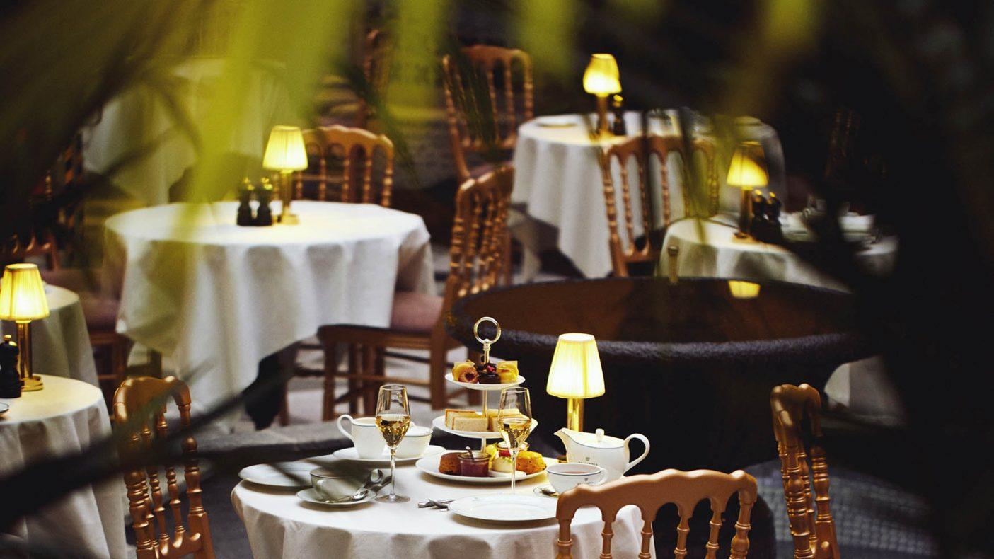 Afternoon Tea i Palmehaven. Rettene serveres i etasje-fat og man kan kjøpe hotellets signatur-te som drikke.