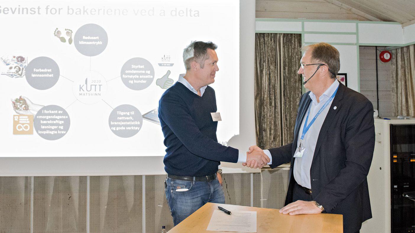 Daglig leder i Åpent Bakeri Produksjon, Hans Thorne, signerte avtale mot matsvinn som et pilotprosjekt under den nylig avholdte fagkonferansen. BKLF-direktør Gunnar Bakke gratulerte med signeringen.