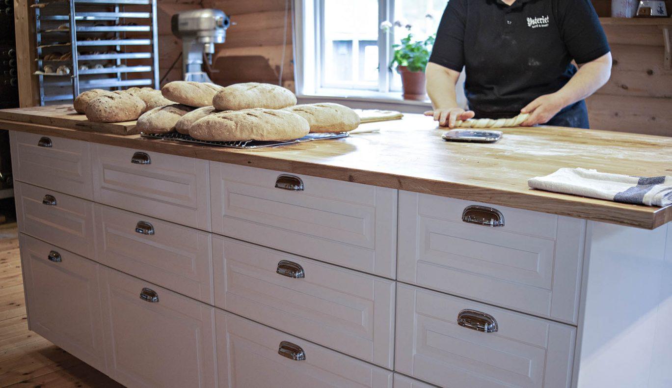 Ingen av de ansatte er utdannet bakere eller konditorer, men de er selvlærte. På sikt vil de å hente inn ekstern hjelp for å bli enda bedre på prosess.