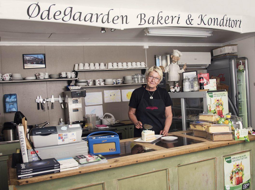 Mai-Britt Øybrekken styrer i Gammelbua og håper på mange besøkende i sommer.