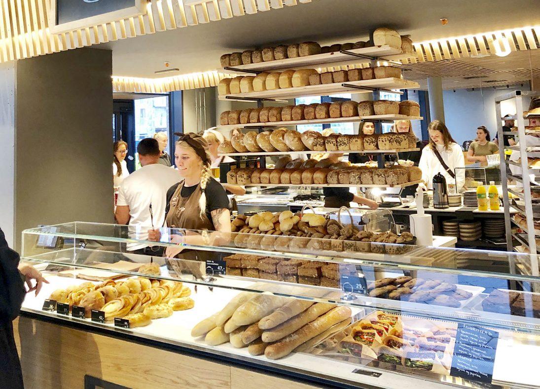 Meget lekker brødhylle i Godt Brøds nye bakerverksted på Munch Brygge.