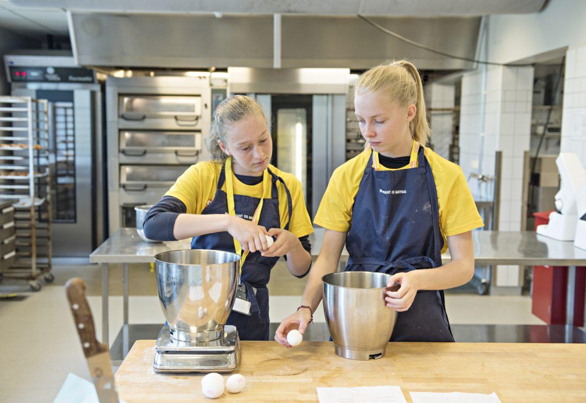 Hannah (14 år fra Engebråten Skole) og Marte (14 år fra Jordal Skole) prøver å finne ut hvor mange egg de skal ha med i deigen.