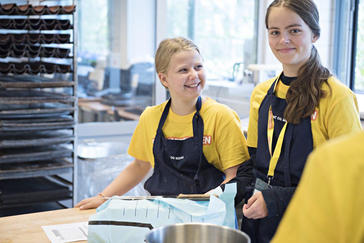 Sara (12 år fra Lambertseter Skole) og Idun ( 14 år fra Bjølsen Skole) koser seg på sommerskole og har det sosialt og hyggelig i bakeriet.
