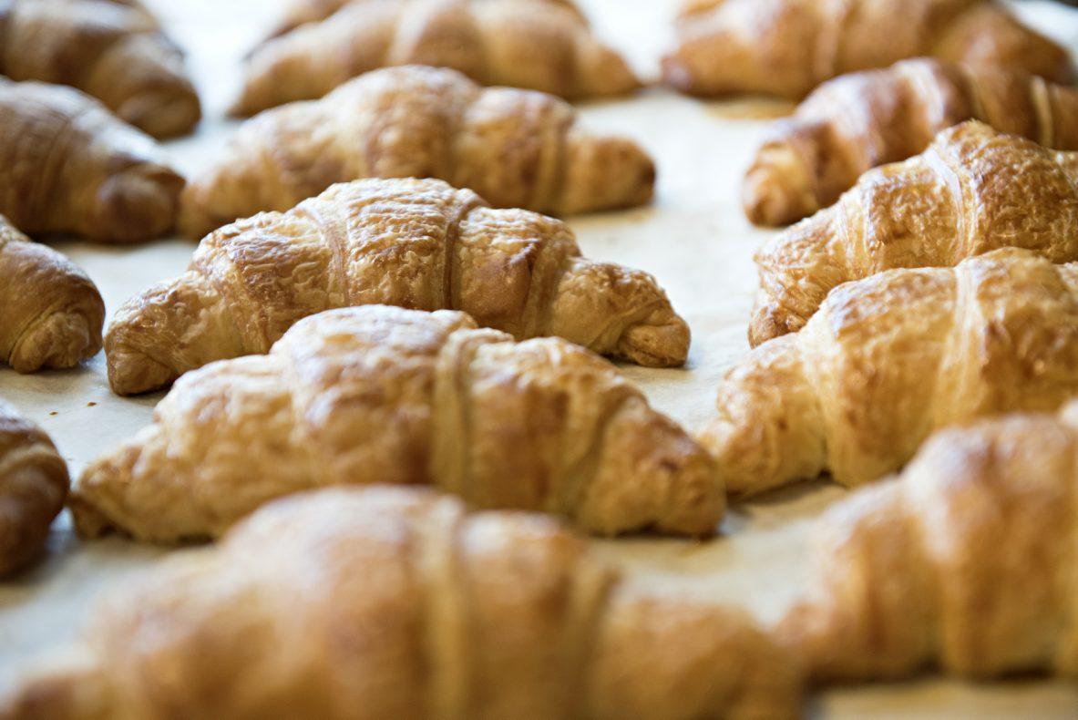 Elevene får prøve seg på mange forskjellige bakverk på sommerskolen. Også croissant.