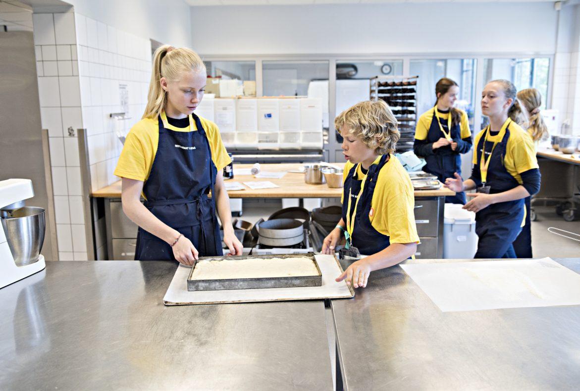 Marte (14 år fra Jordal Skole) og Tor Øystein (14 år fra Engebråten Skole) diskuterer neste steg i focaccia-produksjonen.