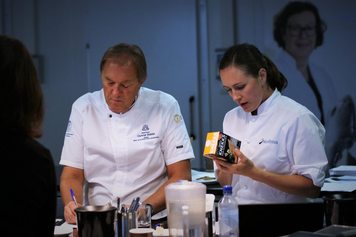 Gunnar Bakke og Guro H. Rognså i dyp konsentrasjon under arbeidet med å velge ut årets delfinalister.