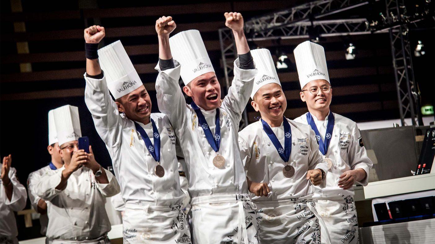 Malaysias vinnerteam slipper jubelen løs etter å ha vunnet Coupe du Monde de la Pâtisserie 2019. Fra venstre Patrick Siau Chi Yin (trener), Loi Ming Ai (ansvarlig for is), Tan Wei Loon (ansvarlig for sukker) og Otto Tay (ansvarlig for sjokolade). Japan kom på andreplass og Italia på tredjeplass.