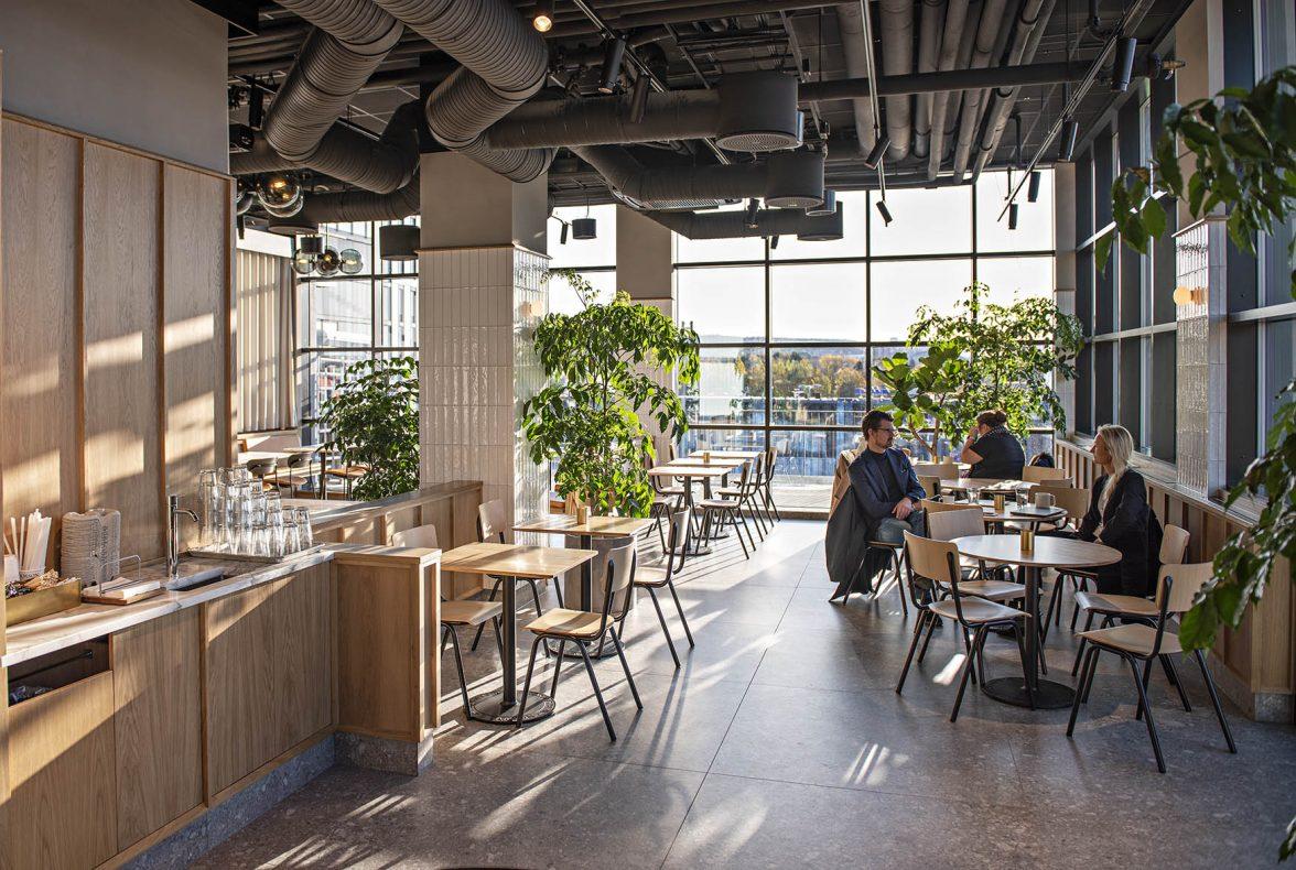 Høyt under taket og store vindusflater preger lokalene med drøyt 100 sitteplasser. Lokalene rommer også en egen avdeling som enkelt kan glasses igjen og brukes til utleie.