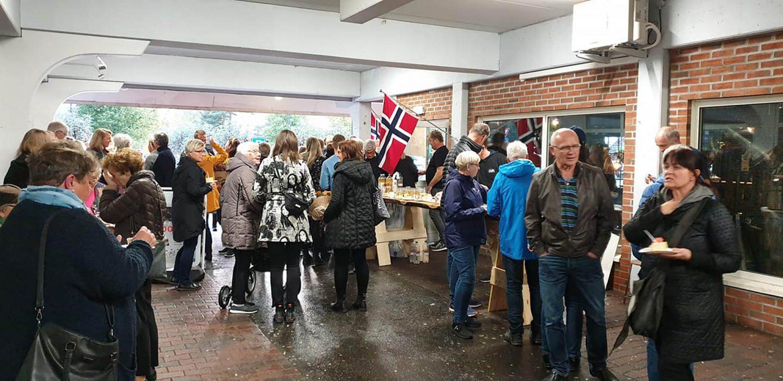 Masse folk på åpningen av butikken i Vennesla sentrum.
