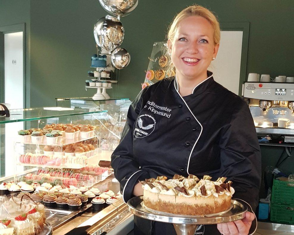 Konditormester Kate Kippersund (bildet) og Elisabet Vikøren har åpnet nytt kakeri, Flying Cakery Café i Bergen.