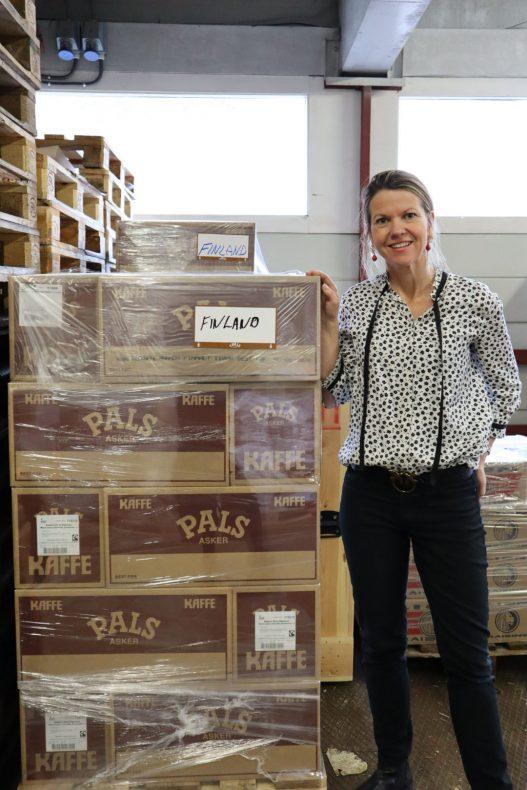 Produktsjef i Pals, Lise Raanaas Haavind ved 400 kilo kaffe som er bedriftens første eksport til Finland.