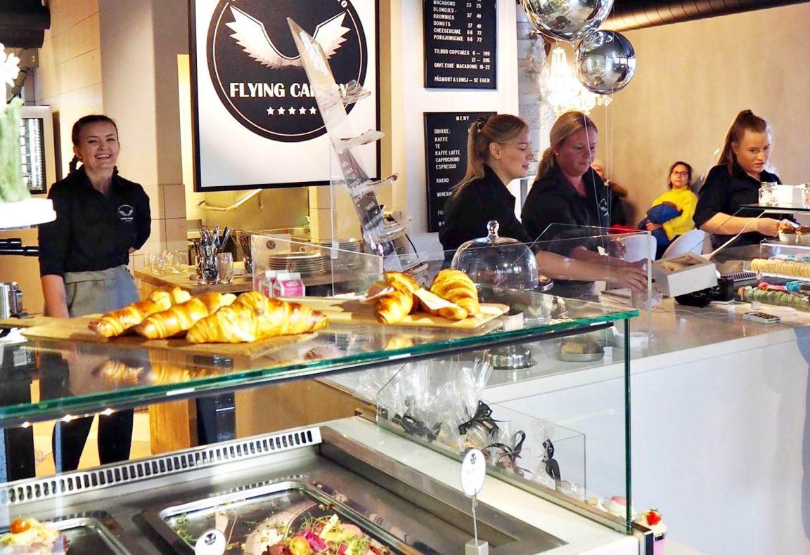 Det nye kakeriet har en stor kakedisk og disk med påsmurt og lunsjretter.