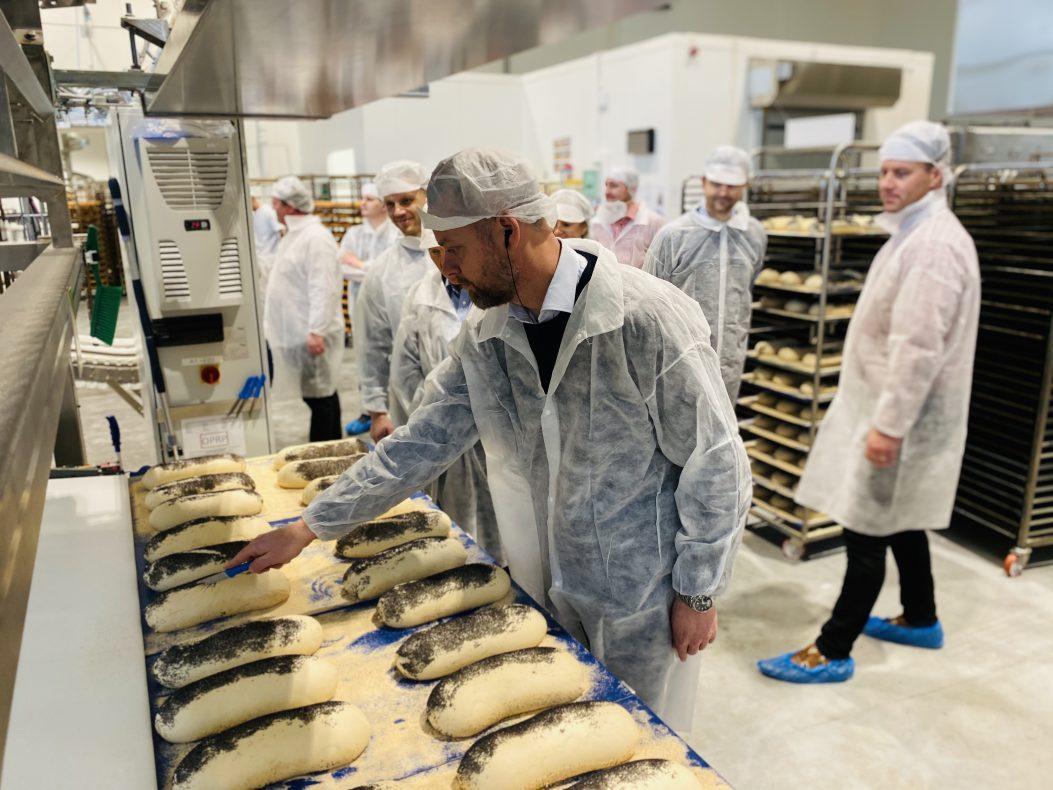 Test-snitting: Under åpningen av bakeriet fikk alle fremmøtte prøve å snitte sitt eget brød.