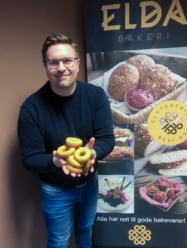 Salg- og markedsansvarlig i Elda Bakeri, Mattias Skoglund gleder seg over glutenfri smultring-bonanza og en produksjon som har passert 20 000 eksemplarer.