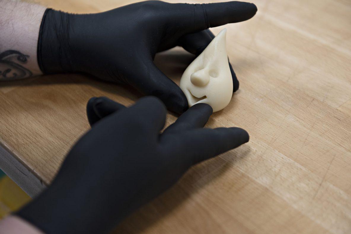 Form hull til øyne og munnen med marsipanverktøyet ditt. Har du ikke modelleringspinner, kan du lage munn ved hjelp av en rund tyll, utstikker eller en skje.