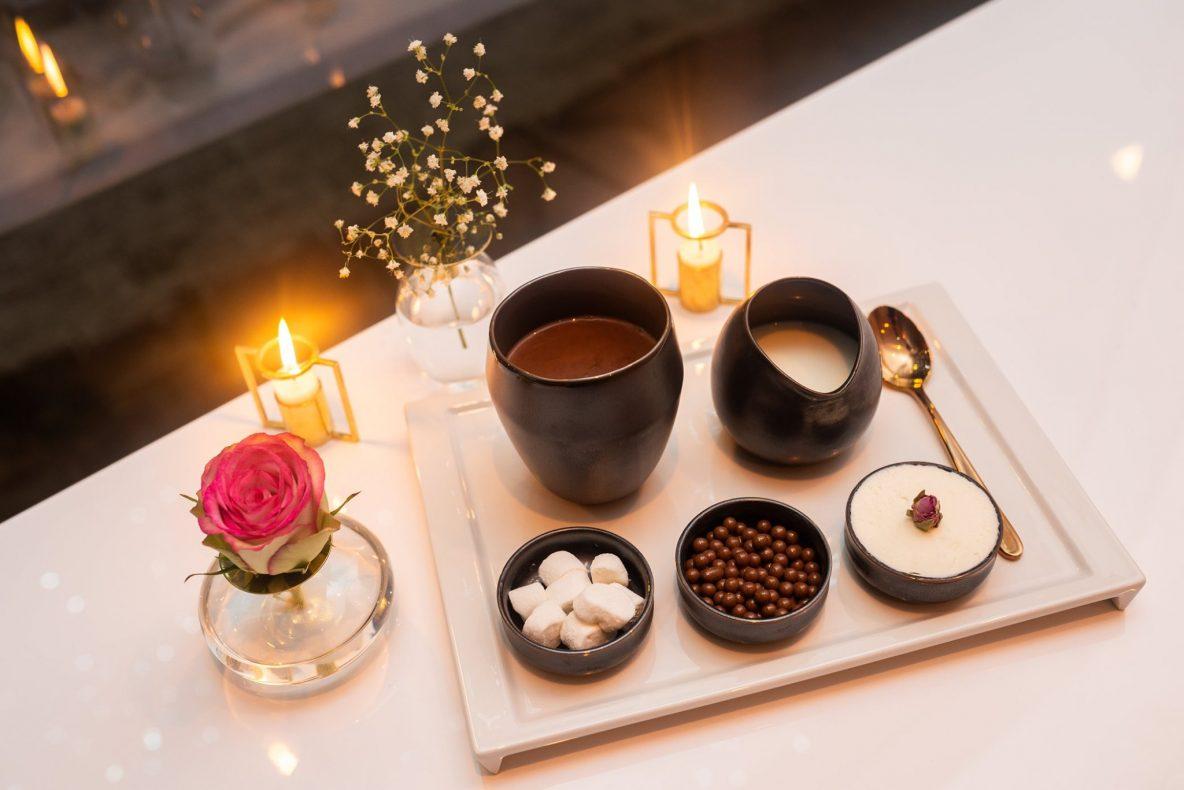 Varm sjokolade: Selfie Hot Chocolate er konditoriets signaturdrink. Den er laget av mørk sjokolade fra Valrhona og serveres med hjemmelaget marshmallows, chantilly og karamellperler.