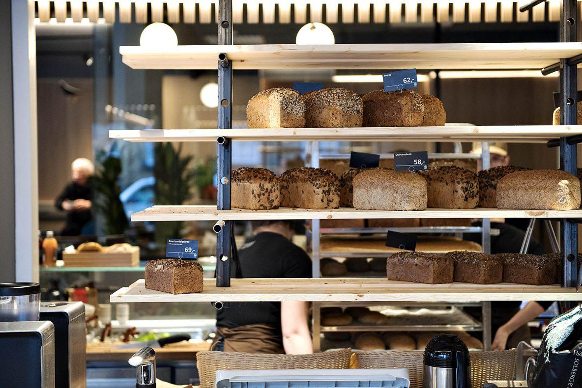 Brødene er lekkert plassert i hyller og kan ses godt fra flere vinkler i lokalene.<br />De fleste produktene er som i resten av Godt Brøds utsalg, men med noen lokale varianter.