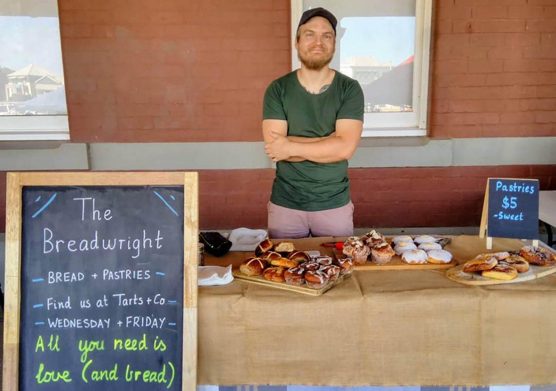 Annenhver søndag selger Emil brød og bakervarer på det lokale markedet, Platform Markets, som holdes på perongen til en nedlagt togstasjon i Geraldton