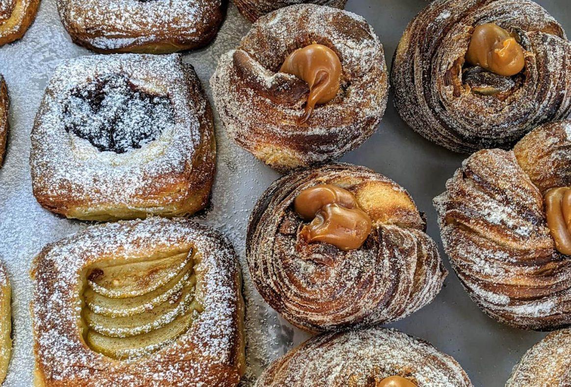 Cruffins, croissant i muffins form er populært. Her med salt karamell (t.h) og wienerbrød med vaniljekrem og eple/syltetøy til venstre.