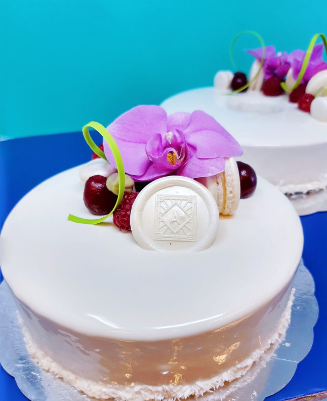 Hege Augestad tar ofte utgangspunkt i fransk estetikk, men blander som regel også inn noen skandinaviske elementer i kakene sine.