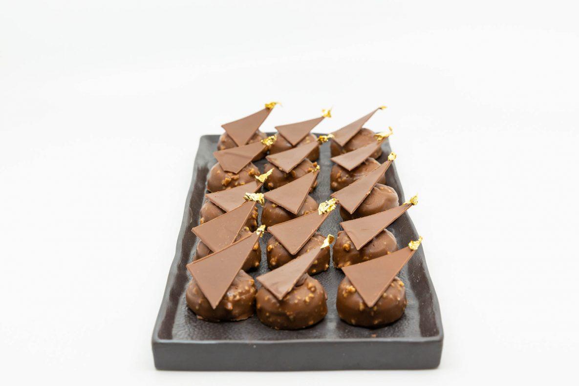 Petit four fra EM laget av Jared; Basert på en lett bahibe sjokolade og peanøtt ganache, med røstet bananpuré, trukket med bahibe, kripy karamell og peanøtt pralinerglaze.