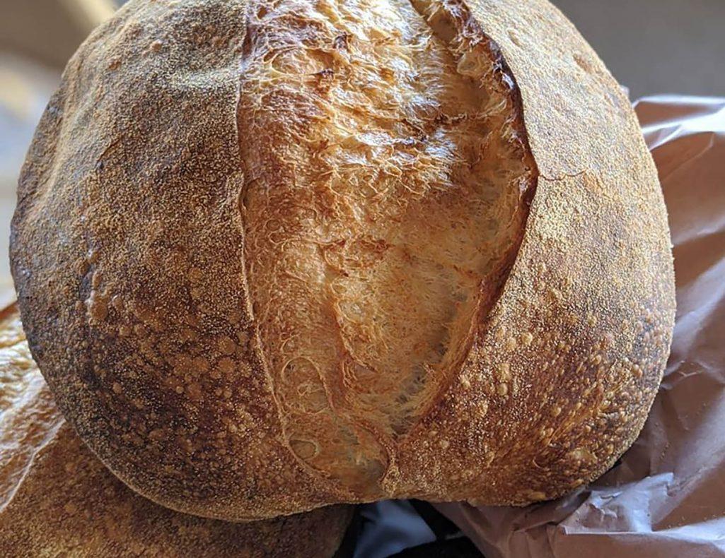 Surdeigsbrød på hvete. Dette er brødet Emil selger mest av, rundt 130 brød i uka.