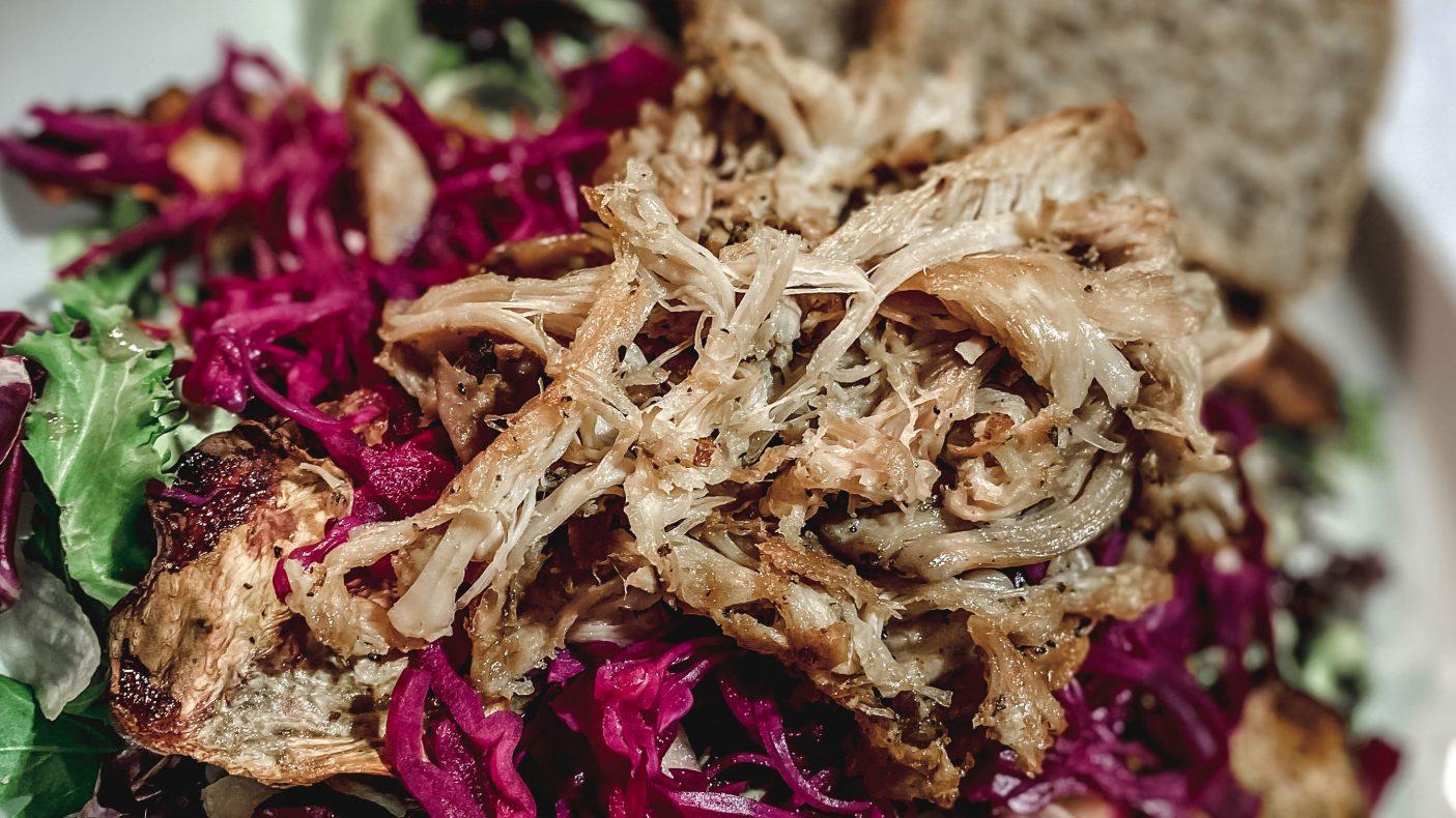 Kyllingsalat servert med grovt brød fra Edgars – litt mere.