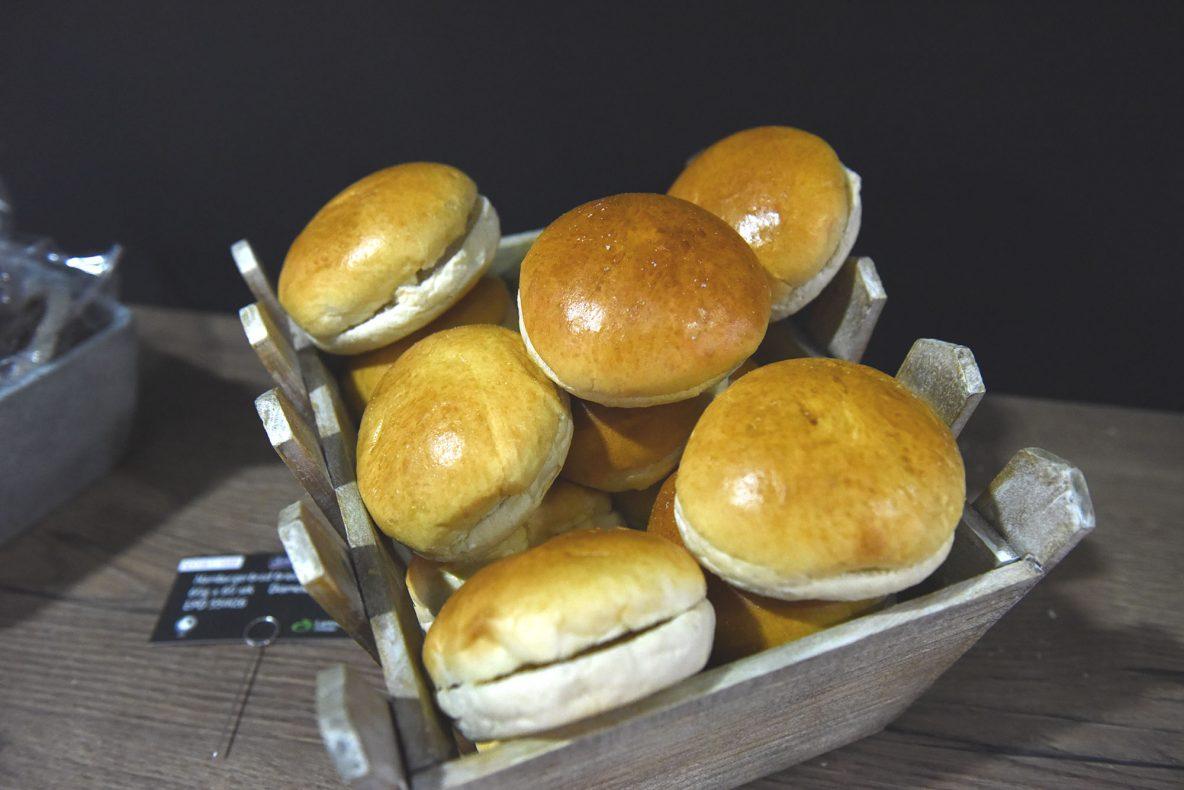 Hamburgerbrødet er en ekte brioche laget med egg og smør.