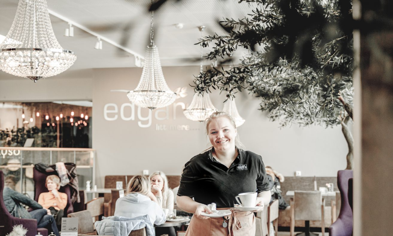 Melissa Egeland er en av de ansatte i Edgars – litt mere på Alti Mandal.