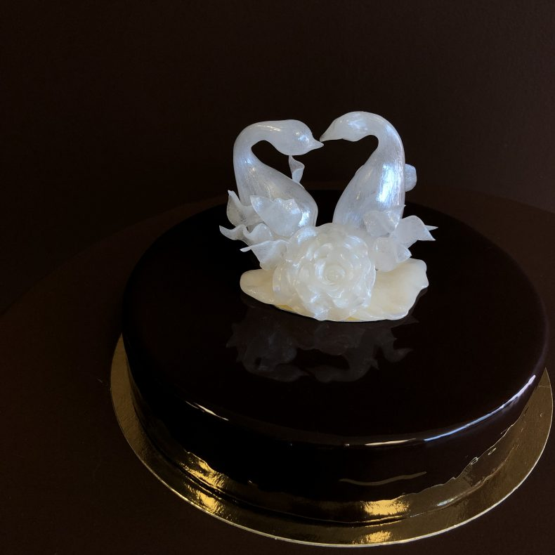 Liten bryllupskake fra Praline Konditori, med Vibekes sukkersignatur. Foto: Privat