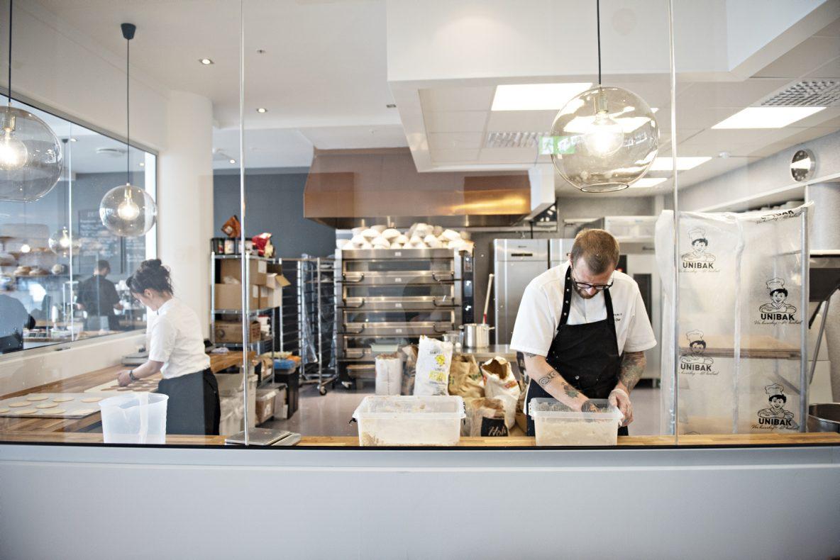 Bakeriet har godt innsyn for gjestene, slik at de kan se hva Nils Olav og Trude Beate varter opp med.