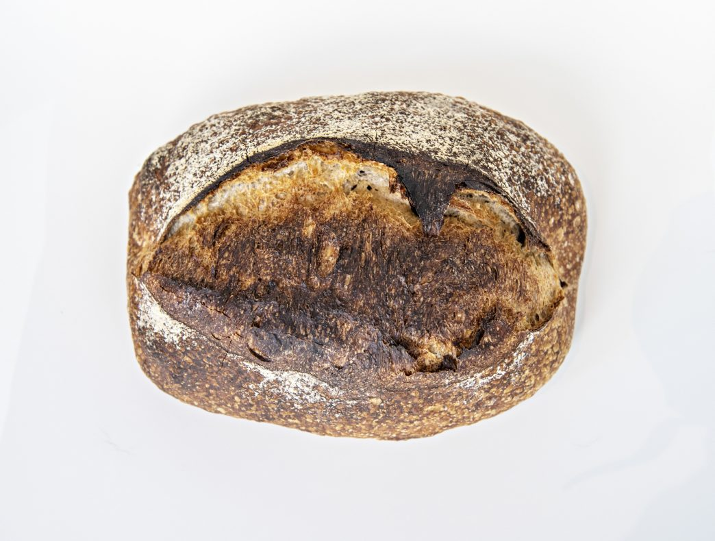 Alle brød bakes med surdeig og lange modningstider. Landbrødet heter Færdesmannen 1855 og har fermentert i 24 timer før det møter ovnen.