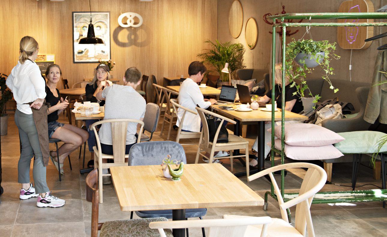 Interiøret er en miks av gjenbruk og nytt. Her kan man sitte og jobbe, eller bare nyte en kaffe og noe søtt.