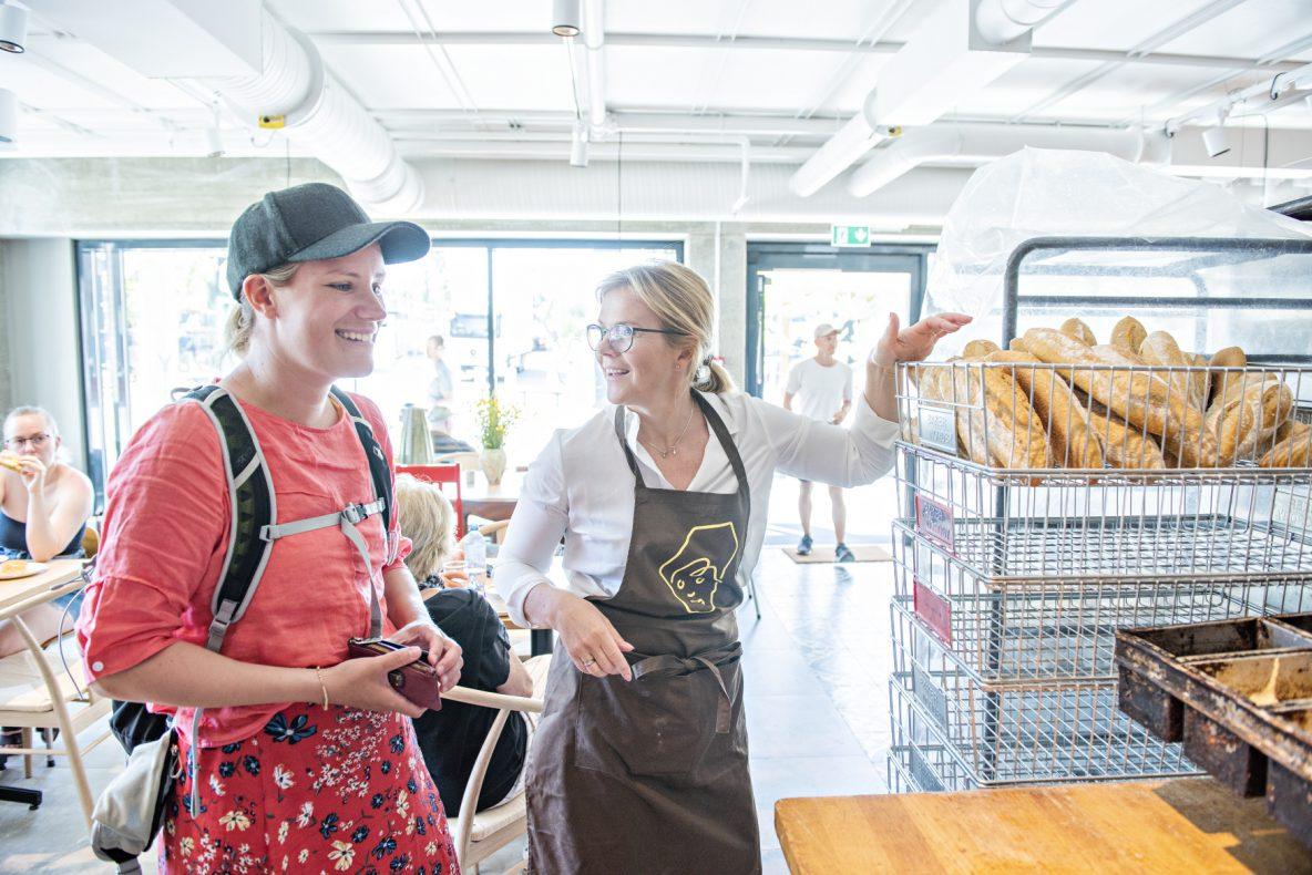 Birgitta Nordby er godt fornøyd med oppstarten av det nye utsalget på Myrvoll Torg. På åpningsdagen var det mange mennesker innom for å se og prøve bakervarene.
